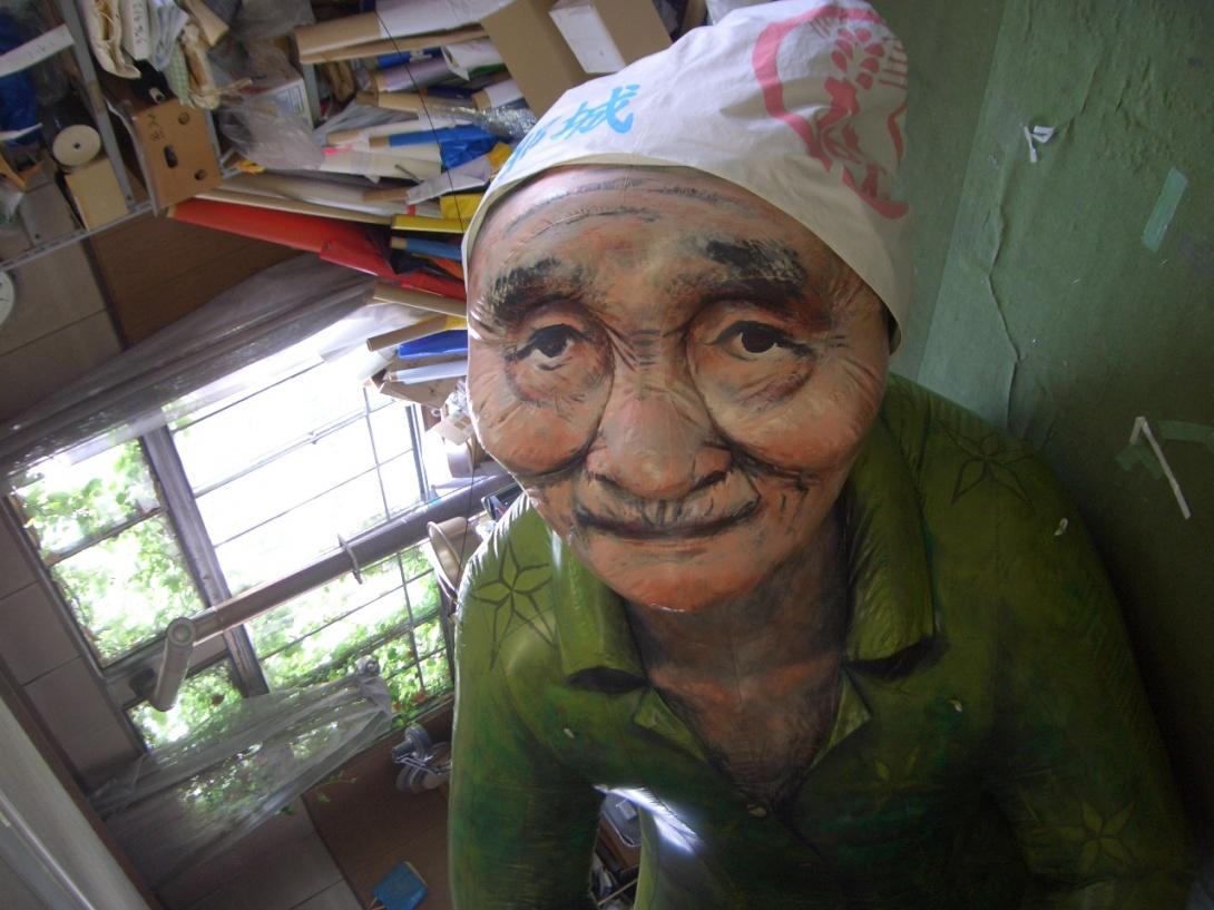 沖縄おばあ – アドバルーンの中...